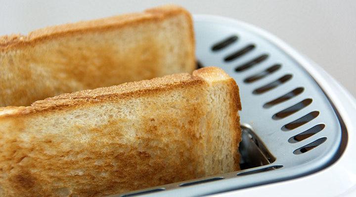 Bild på en brödrost med två rostade bröd i