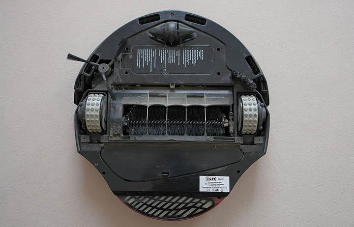 Bild på en robotdammsugare underifrån