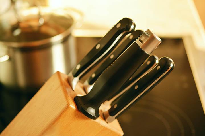 Ett knivblock med knivar i