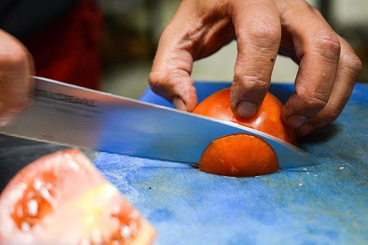 Kniv som skär en tomat
