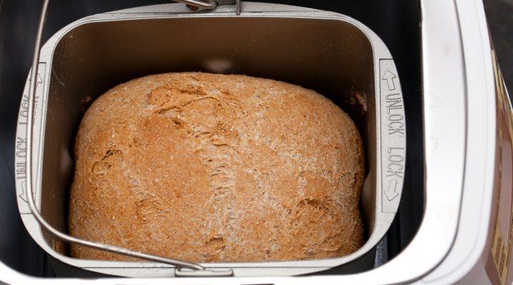 Färdigbakad bröd i en bakmaskin