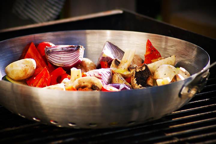 En wokpanna på en grill.