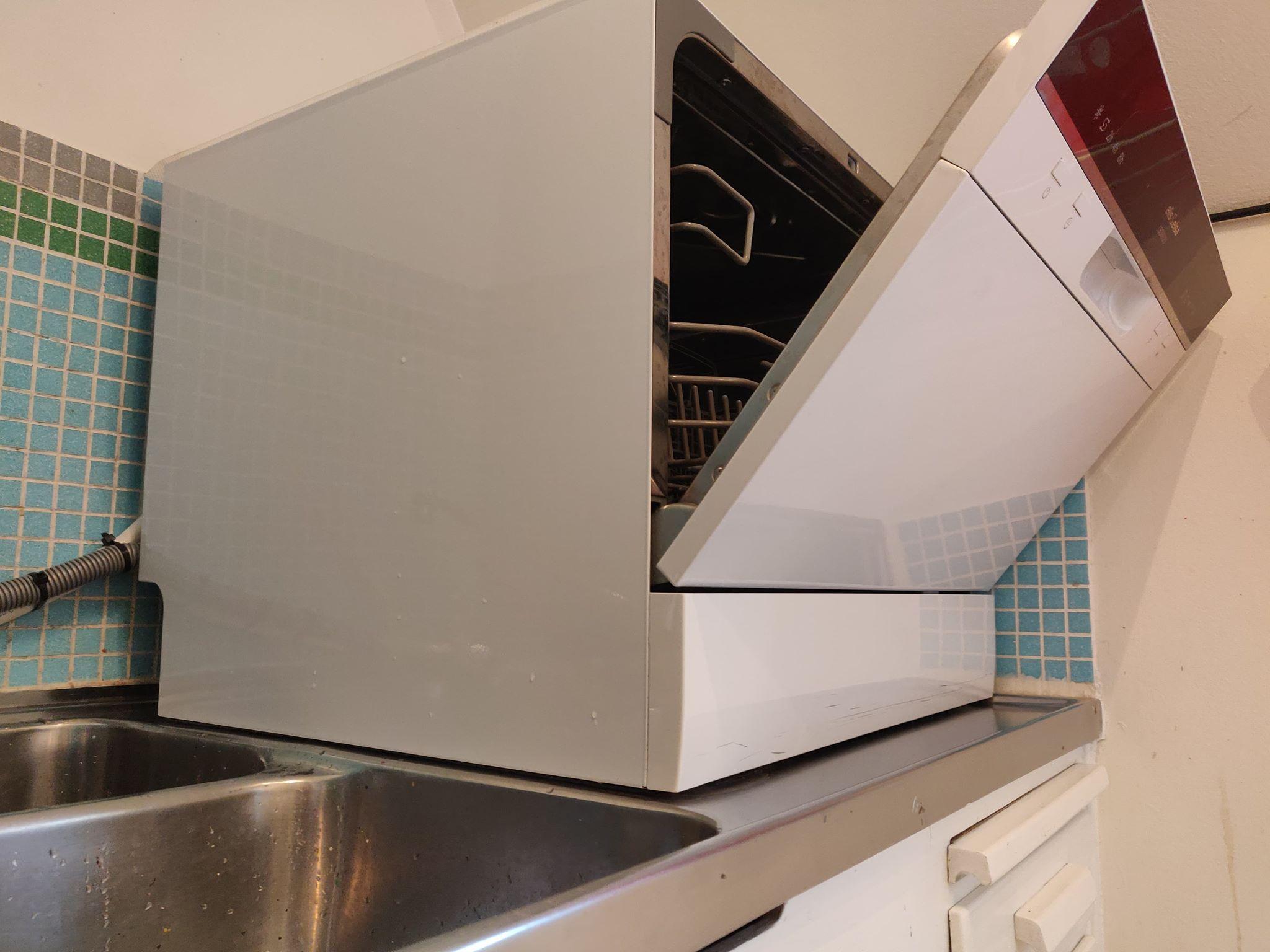 En bänkdiskmaskin som står på en köksbänk.