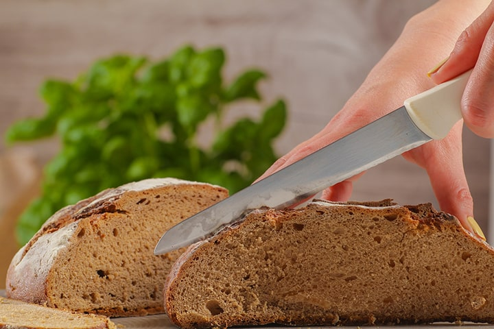 En brödkniv som används för att skiva upp bröd.