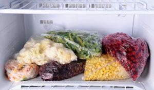 Fryst mat som ligger i en frys.