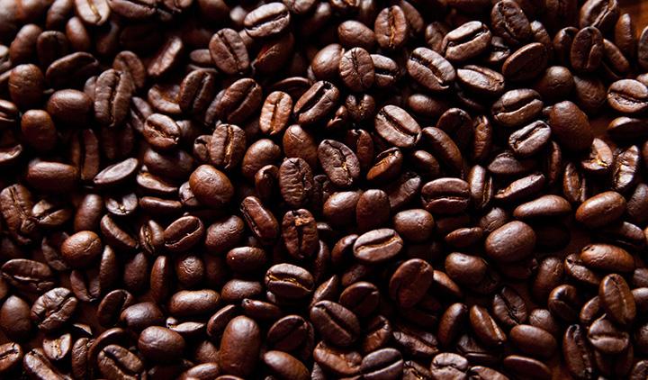 En närbild på kaffebönor.