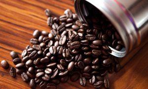 En utspilld kaffeburk med kaffebönor.