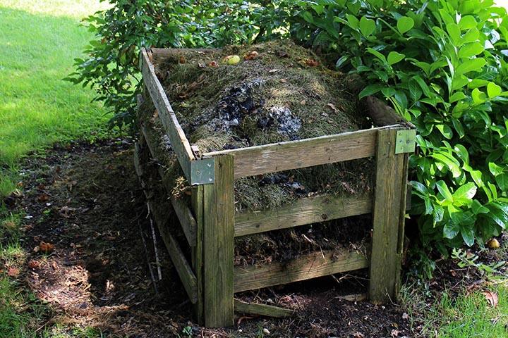 En gammal rutten kompost i trä.