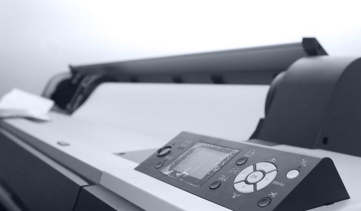 En grå laserskrivare med fokus på display och knappar.