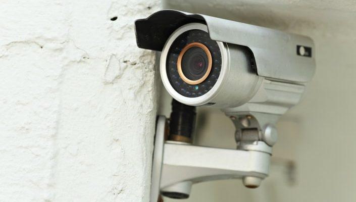En övervakningskamera som sitter på en betongvägg.