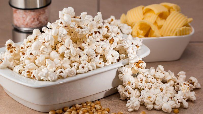 En vit skål fylld med popcorn.