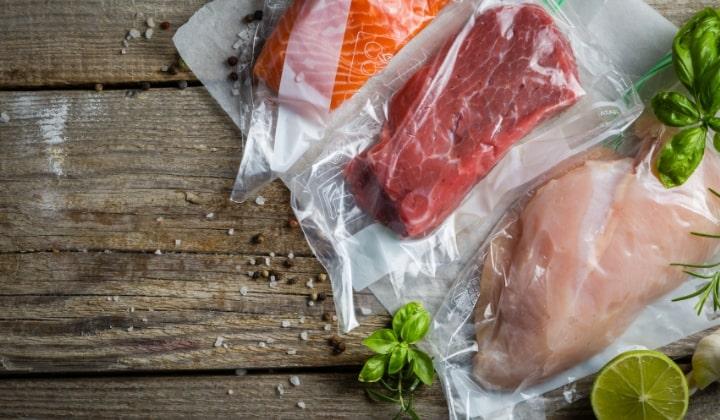 Kött, kyckling och lax som är vakuumförpackade.