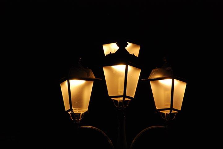 En större lampa som lyser i natten.